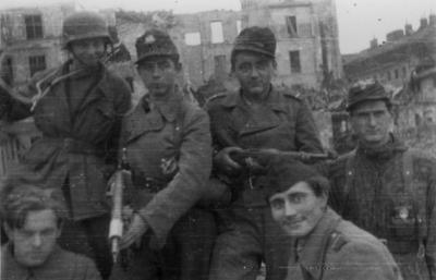 Żołnierze batalionu ?Miotła? na Starym Mieście, sierpień 1944 r. (fot. AIPN)