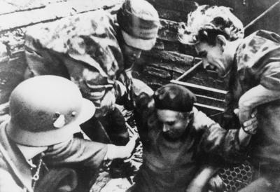 Powstaniec ze Starówki wychodzący z kanału, ul. Nowy Świat róg ul. Wareckiej, 1 września 1944 r. (fot. AIPN)