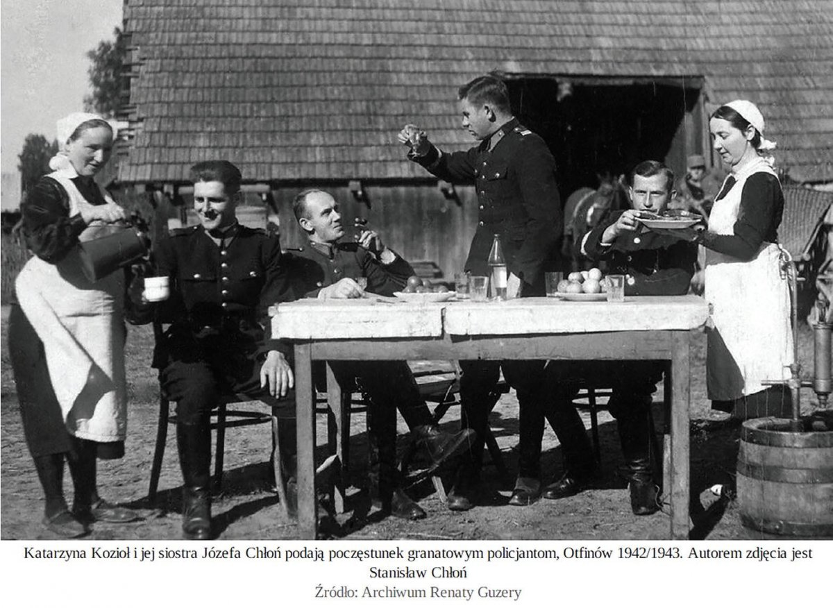 Katarzyna Kozioł and her sister Józefa Chłoń give a treat to navy-blue police officers, Otfinów, 1942/1943. Photo: Stanisław Chłoń. Source: Renata Guzera's archive