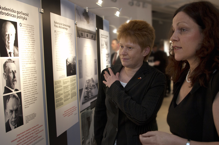 Vice-President of the German Bundestag Petra Pau (from the left) guided through the exhibition by one of the authors.