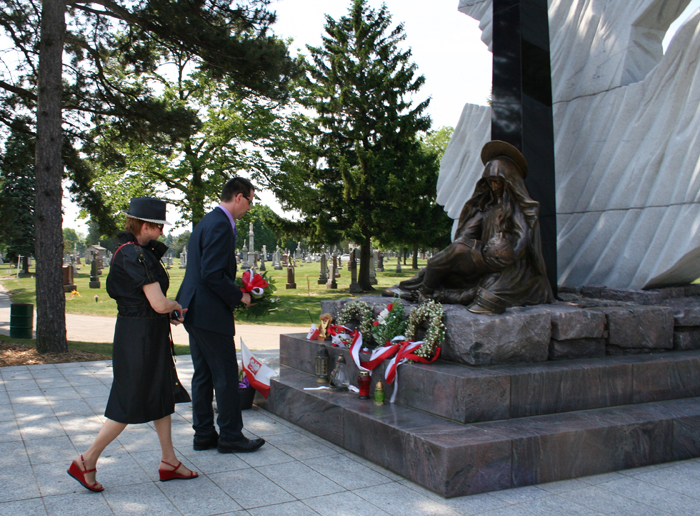 Betty Uzarowcz, representative of the Polish community of Chicago and Andrzej Zawistowski, Director of IPN's Public Education Office are laying flowers at the Katyn Monument in Chicago