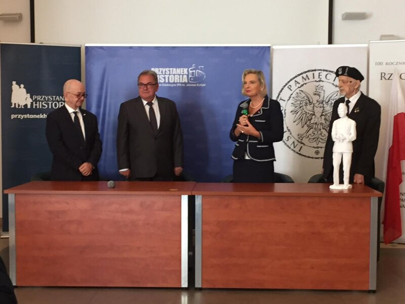 The ceremony of handing over of the sculpture of Władysław Anders to Anna Maria Anders, the Polish Ambassador to Italy and the General's daughter