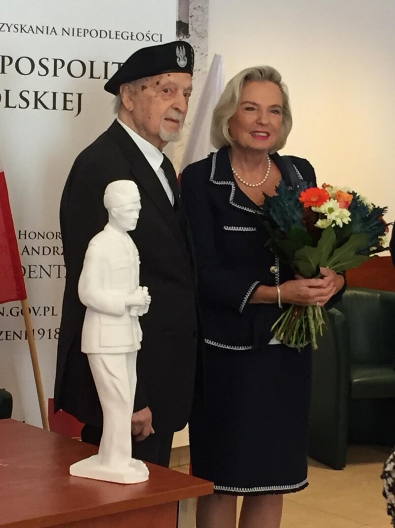 Home Army Captain Jerzy Nowicki handing over of the sculpture of Władysław Anders to Anna Maria Anders, the Polish Ambassador to Italy and the General's daughter
