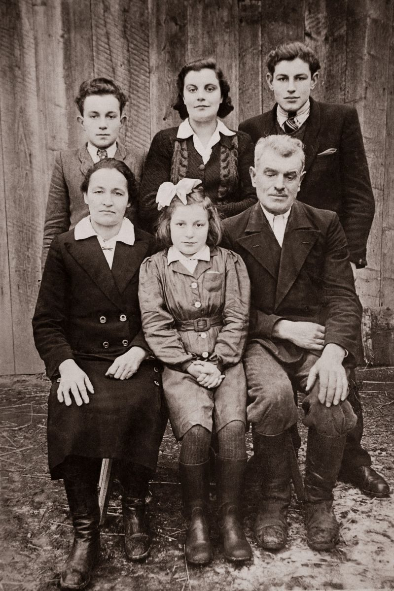 The Szylar family. Sitting: Antoni Szylar with his wife Dorota (née Szpytma) and their daughter Janina Szylar-Kłuz. Standing from the left, the Szylars' children: Franciszek, Helena Szylar-Kielar and Eugeniusz. Collection of IPN Rzeszów