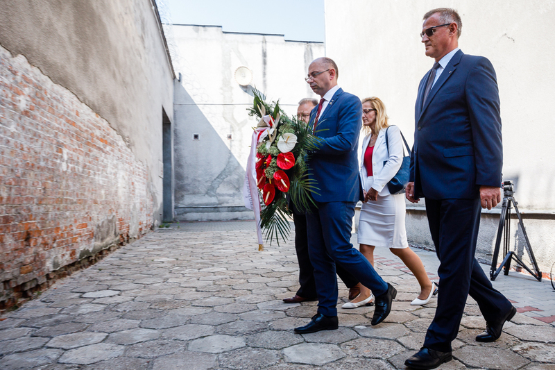 Dr Mateusz Szpytma, Deputy President of the Institute of National Remembrance, and Prosecutor Andrzej Pozorski, Director of the Chief Commission for the Prosecution of Crimes against the Polish Nation, laying flowers at the Mokotow Prison in Warsaw