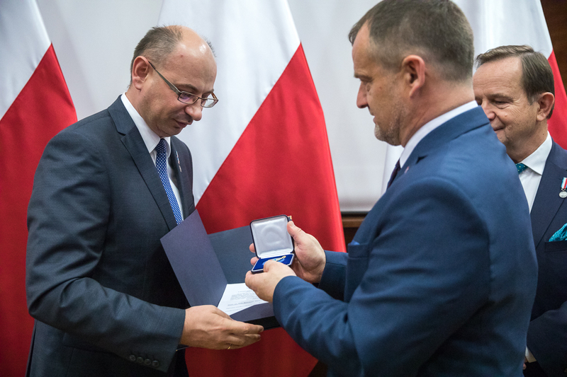 A distingtion of merit for the Podkarpackie Voivodeship awarded to Deputy President of the IPN Dr Mateusz Szpytma during the third National Summit of Poles Who Saved Jews during the Second World War – 18 October 2018, Rzeszów. Photos: Sławek Kasper (IPN) A distingtion of merit for the Podkarpackie Voivodeship awarded to Deputy President of the IPN Dr Mateusz Szpytma during the third National Summit of Poles Who Saved Jews during the Second World War – 18 October 2018, Rzeszów. Photos: Sławek Kasper (IPN)