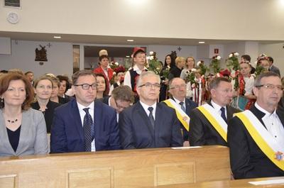 Od lewej: Ewa Leniart – wojewoda podkarpacki, dr Jarosław Szarek – prezes IPN, Dariusz Byszuk z IPN O/Rzeszów podczas mszy św. jubileuszowej pod przewodnictwem ks. bp. Edwarda Frankowskiego